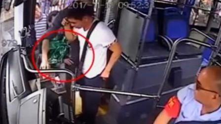 小偷一秒偷手机 公交司机仗义帮追回