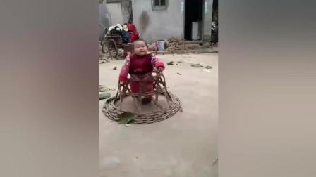 农村老爸用藤条给宝宝自制学步车 小家伙真是太幸福了