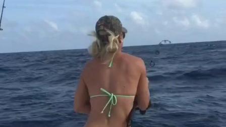 美国美女在海钓