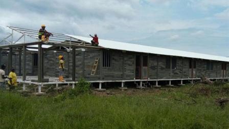 外国小哥用8吨垃圾给穷人盖房子, 不花一分钱入住!
