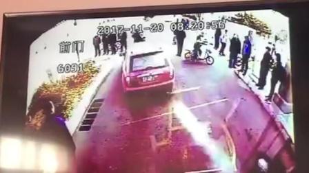 两车剐蹭引冲突 路怒小车撞飞公交司机
