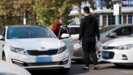 社会实验: 女司机寻求路人帮忙倒车, 大家会帮助她吗?