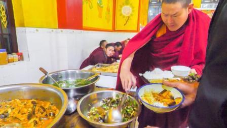 吃货老外尝藏族素餐和生牦牛肉