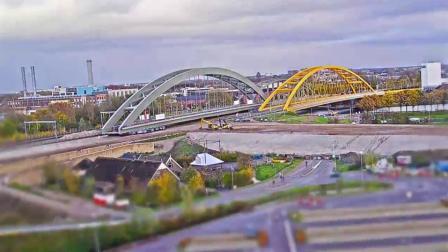 工程师用640个轮子将3千吨重金属桥移动了1公里
