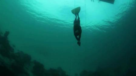 男子潜入水下200米 周围一片漆黑过程让人窒息绝望