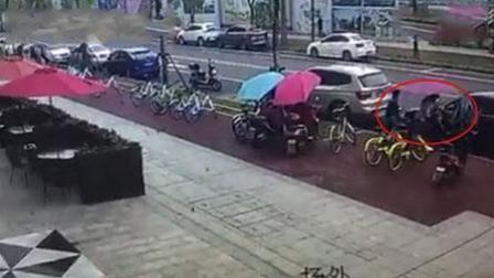 俩小孩以看电影的名义 盗窃电瓶车