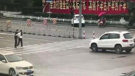 姑娘路口霸气停车, 助拄拐人过马路