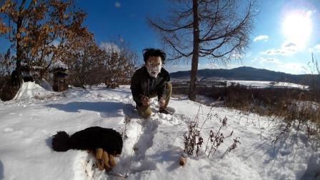 小哥来到野外体验用雪来洗脸