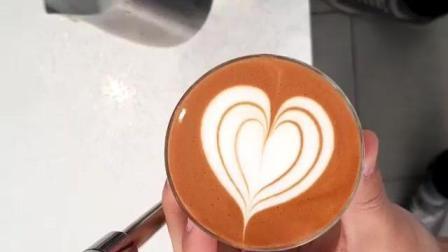 【每日咖啡拉花】透明杯小杯子拉花包心-拿铁艺术-滑翔的牛奶(ins@barista_seung )