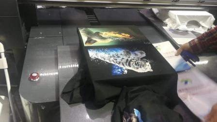 最新服装自动印花视频 原来衣服上漂亮的图片是这样印上去的 云哥逛展会