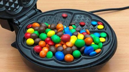 小伙将彩虹糖倒进了电饼铛里 彩虹棒棒糖是这样做的吗