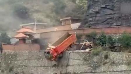 矿工开铲车冲向高利贷讨债人员 致3人受伤