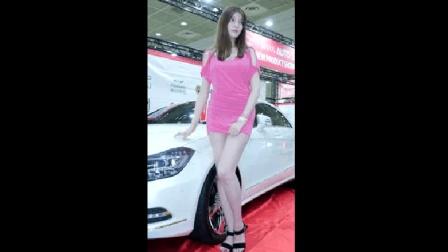 粉色连衣裙的美女车模, 漂亮的脸蛋让人着迷
