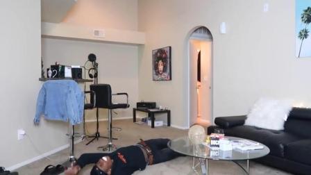 恶搞, 男子假装发病躺在地上抽搐不止, 吓得女友