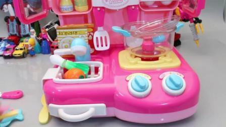 厨房炒菜做饭过家家玩具故事小企鹅波鲁鲁变形机器人视频