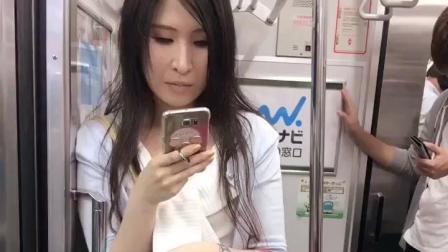 街拍: 日本电车短裙美女, 怎么提着这么多包包啊