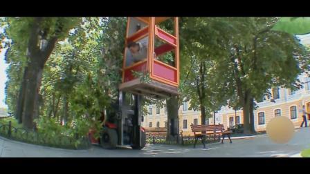 恶搞: 在路边公共电话亭打着电话, 怎么就飞起来