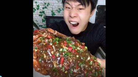 美食小吃货;青岛小哥狂吃超大面包蟹, 这个吃法真是头次见!