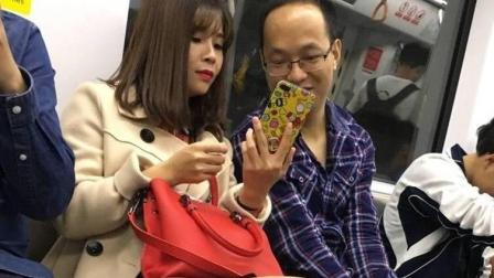 街拍地铁内短裙美女, 隔壁的眼镜大叔看的一脸陶醉