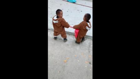 双胞胎为了争抢一个簸箕, 接下来宝宝们的反应让妈妈崩溃了!
