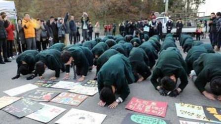 韩国高考举行 后辈集体跪地磕头助威