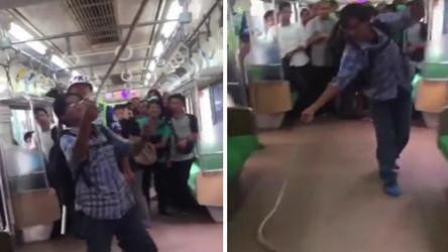 列车上发现毒蛇 男子徒手将其抓下摔死