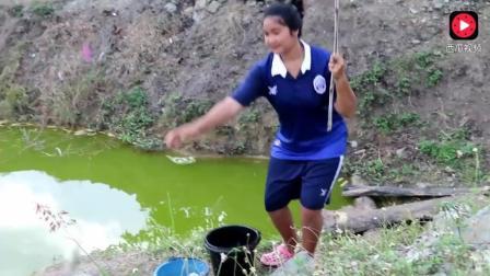 柬埔寨农村美女当之无愧的钓鱼高手, 用小树棍钓