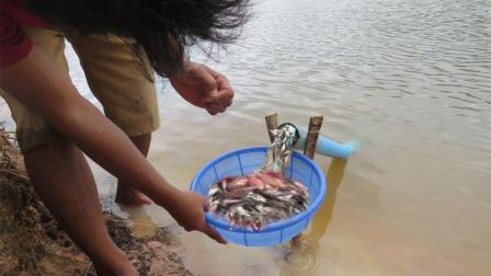 小哥新发明的捕鱼方法, 坐等2个小时就能捕到大鱼, 这方法太绝了