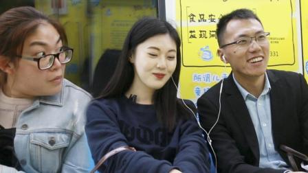 美女在地铁与路人分享耳机, 大家的反应简直像初恋!