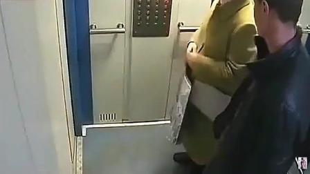 黄衣女子与陌生男子乘电梯, 监控拍下了龌龊的一幕!