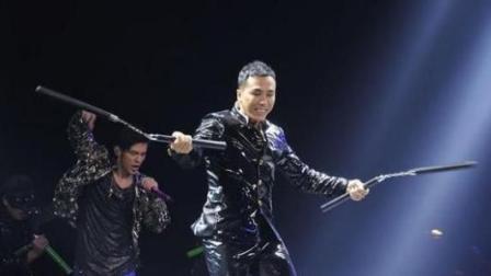 甄子丹手拿双截棍现身周杰伦演唱会 直言要拜周杰伦为师。