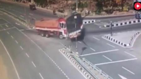 私家车抢货车马路, 遭迎面而来的货车碾压, 瞬间变成夹心饼