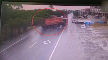 监拍: 大货车甩尾撞车被撞司机身亡