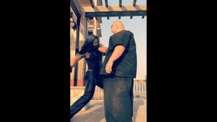 300斤胖子挑衅肌肉男 被肌肉男连打6拳!