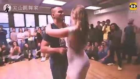 丰腴美女穿紧身瑜伽裤与男友狂欢, 全程我只盯着她!