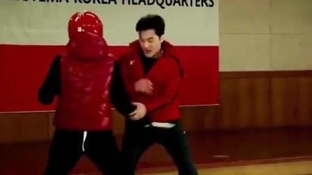 据说是韩国第一保镖, 看他身手如何, 配得上这个称呼吗?