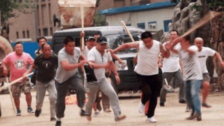 街头斗殴! 停车场发生男女激烈互殴混战 一男子被抱起猛摔塞车窗