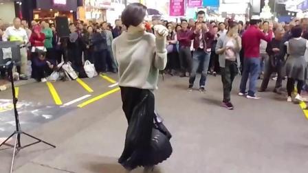 旺角罗文 街头艺人小龙女1126演唱《高山青》今天女神跳起舞来了