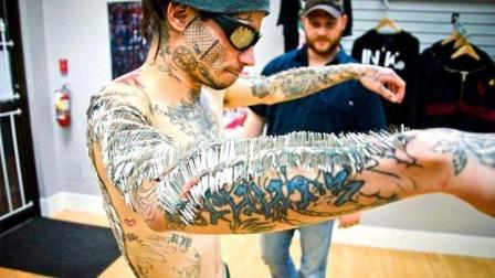 男子将4000根针插入身体制成贴身铠甲, 号称屠龙刀都砍不动!