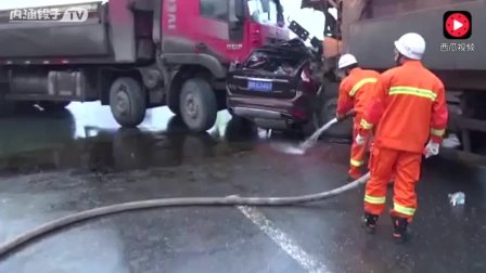 这可是两辆货车,不是一辆,知道车祸有多惨烈了吗?
