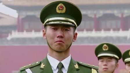 """老父亲问""""为何不理我"""" 天安门国旗哨兵瞬间泪流"""