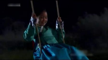 小女孩半夜在户外汤秋千, 却碰到了白衣女鬼!
