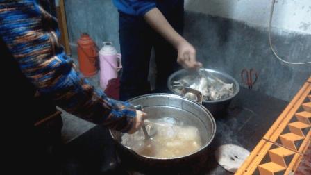 甘肃农村小伙铁锅炖羊肉, 原汁原味保留了羊肉的鲜美, 你吃过吗?