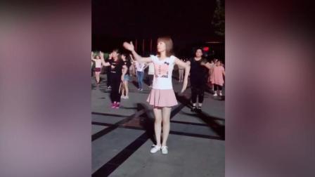 石家庄长腿广场女神来了, 上百人跟着跳起广场舞!