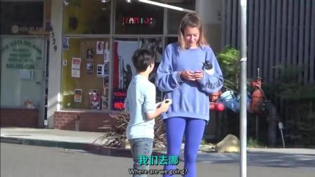 外国10多岁小男孩街头搭讪小姐姐, 这撩妹厉害了!