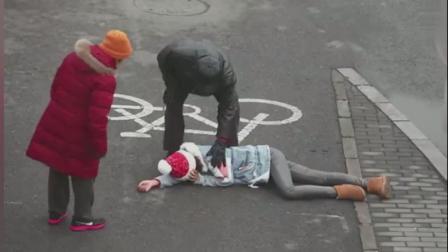 女子路边故意晕倒, 测试路边行人的反应, 心寒
