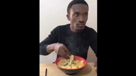 是谁说请非洲人吃火锅的, 人家连烧烤都敢抓着吃