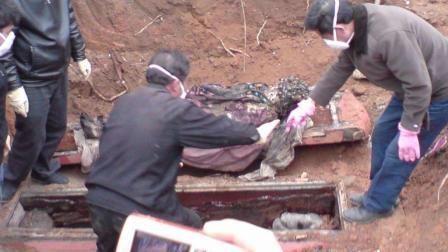 北京工地施工意外发现清朝古墓, 墓主人的衣服专家也无法解释!