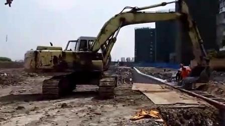 这个工地的工人真有创意, 想出让挖掘机来浇筑混凝土