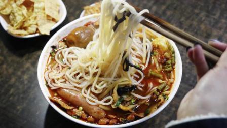 郑州这家小吃店常年飘着酸臭味 顾客却人挤人抢着吃 这是有多爱吃